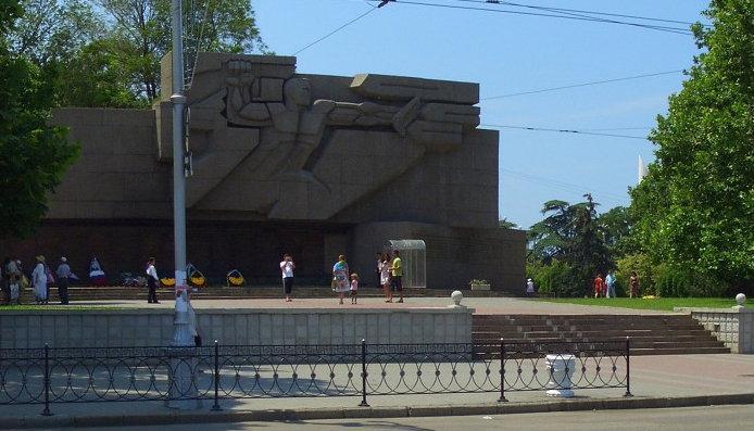 мемориал защитникам Севастополя осквернили