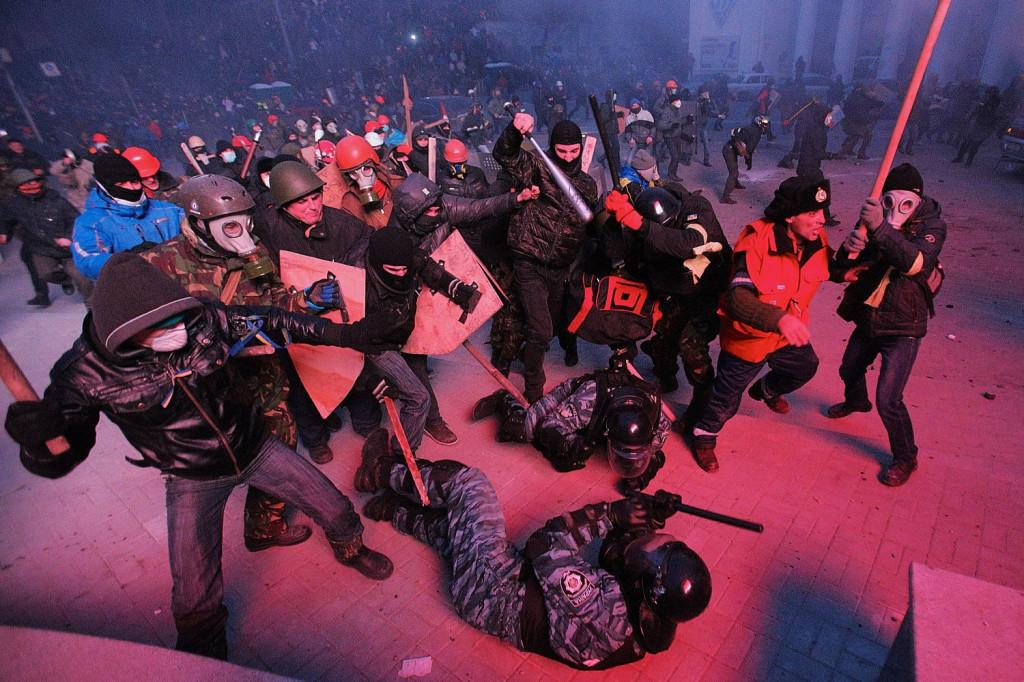 Протестующие на Грушевского перешли в активное наступление на «Беркут»