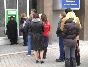 стоят у банкоматов