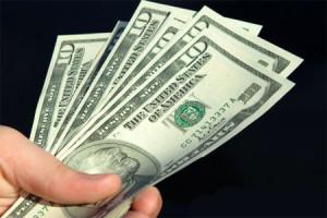 В начале недели торги долларом проводят с понижением на 0,08%