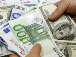 Евро начало лето со снижения к доллару