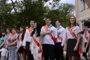 выпускники спели гимн украины
