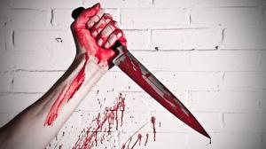 нож в руке у женщины