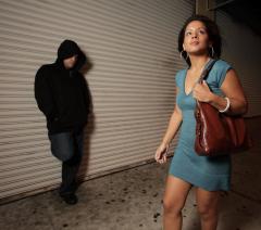 двое ограбили молодую маму