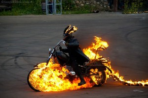 горящий мотоцикл каскадеры