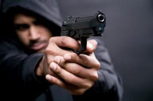 пистолет угрожал пенсионерке