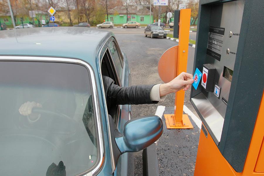 Охранник платной парковки угнал автомобиль клиентки