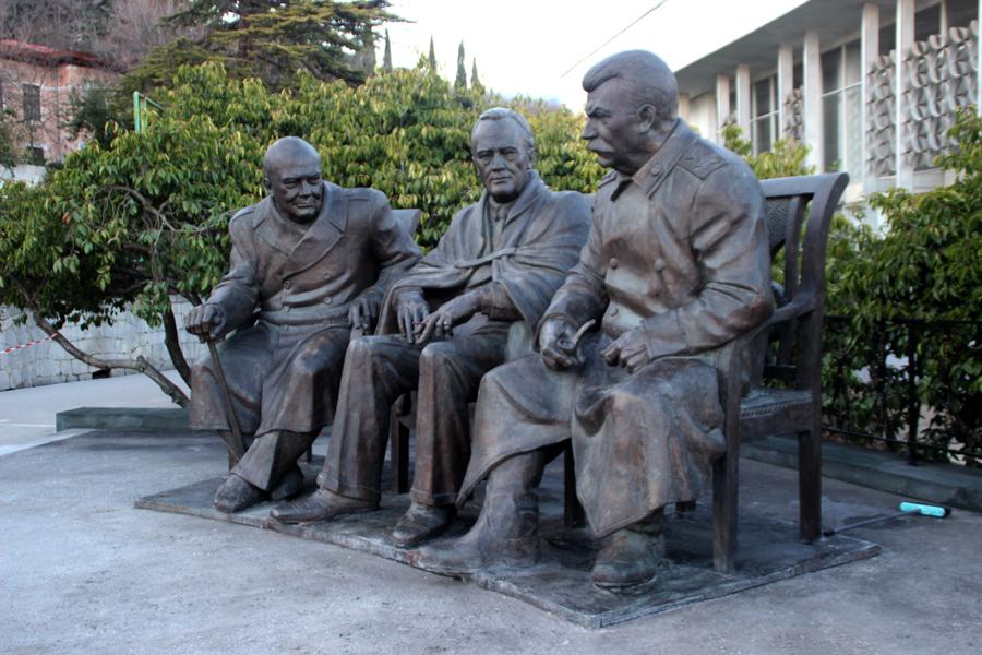 В Ялте открыли совместный памятник Сталину, Черчиллю и Рузвельту