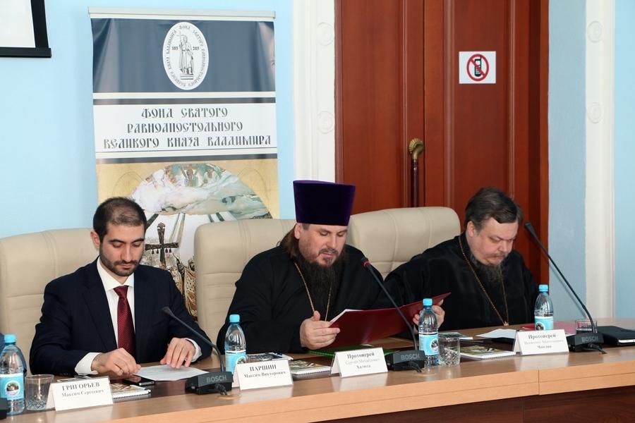 «Круглый стол» в Доме Правительства объединил представителей органов государственной власти, духовенства и общественных деятелей