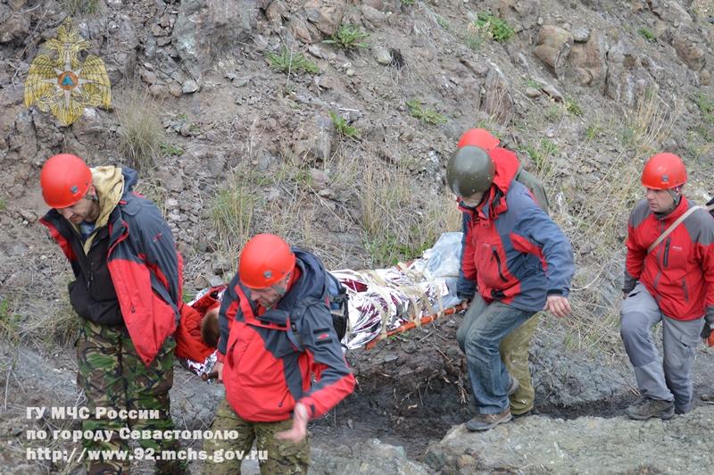 В Севастополе мужчина сорвался со скалы. Видео