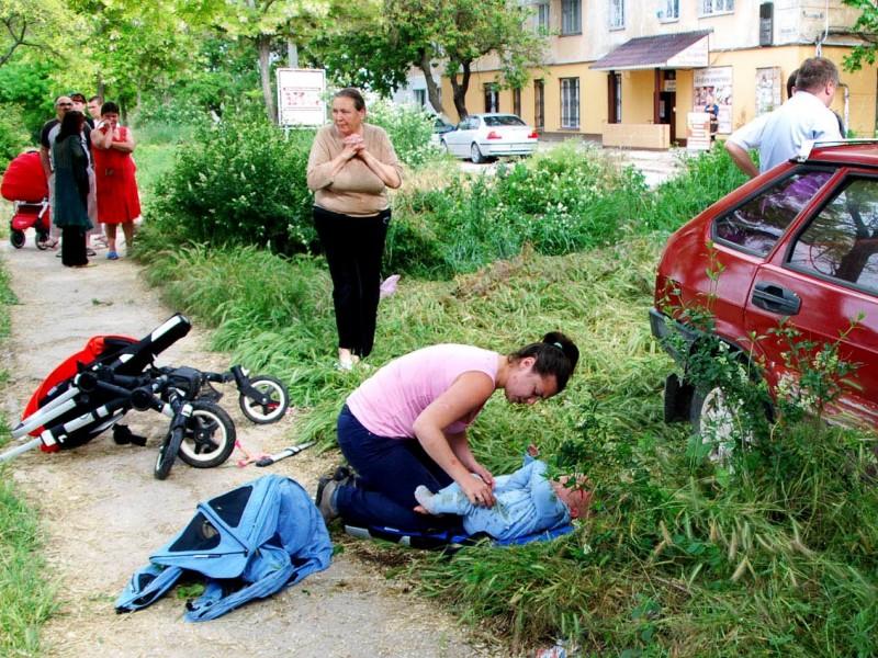 В Севастополе пьяный водитель сбил коляску с детьми