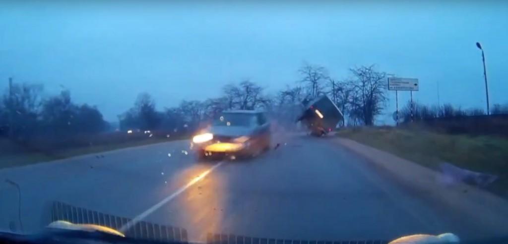 В результате ДТП на Северной загорелся автомобиль (видео, момент ДТП)