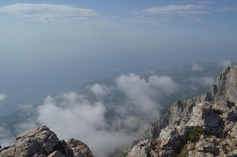 """В Крымских горах в тумане """"заблудился"""" ВАЗ"""