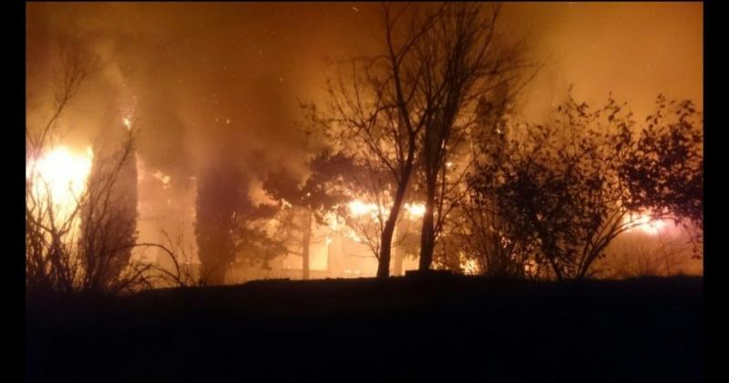 В Малореченском горит заброшенное здание школы