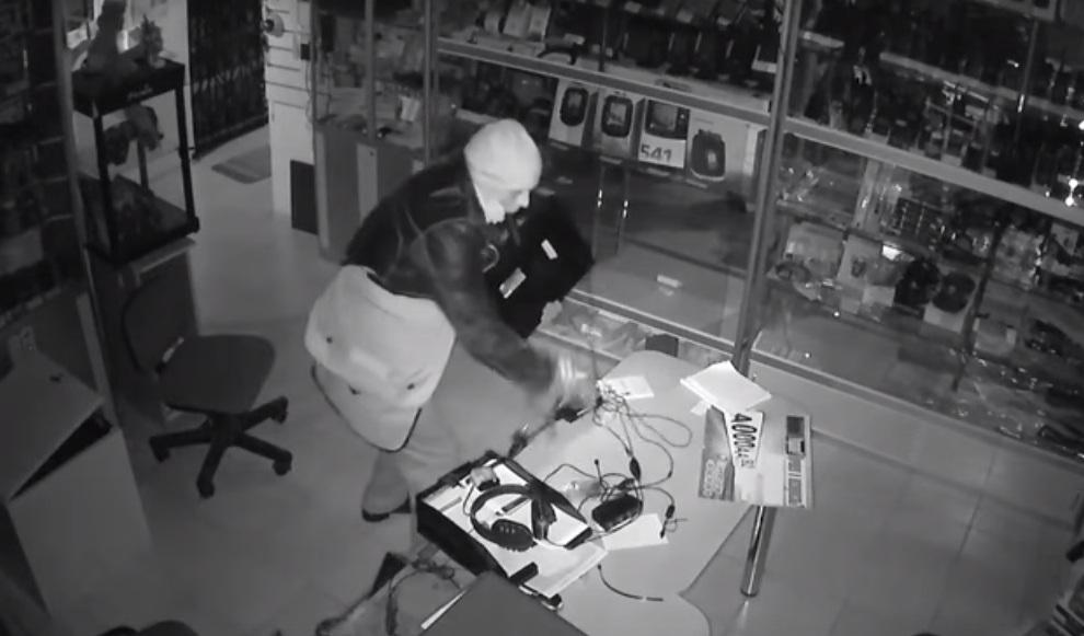В Севастополе ночью обокрали магазин (видео)