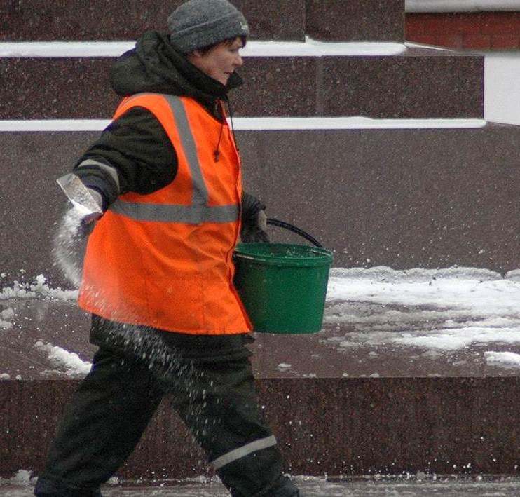 За сутки более 100 улиц и дорог Севастополя обработаны антигололедной смесью