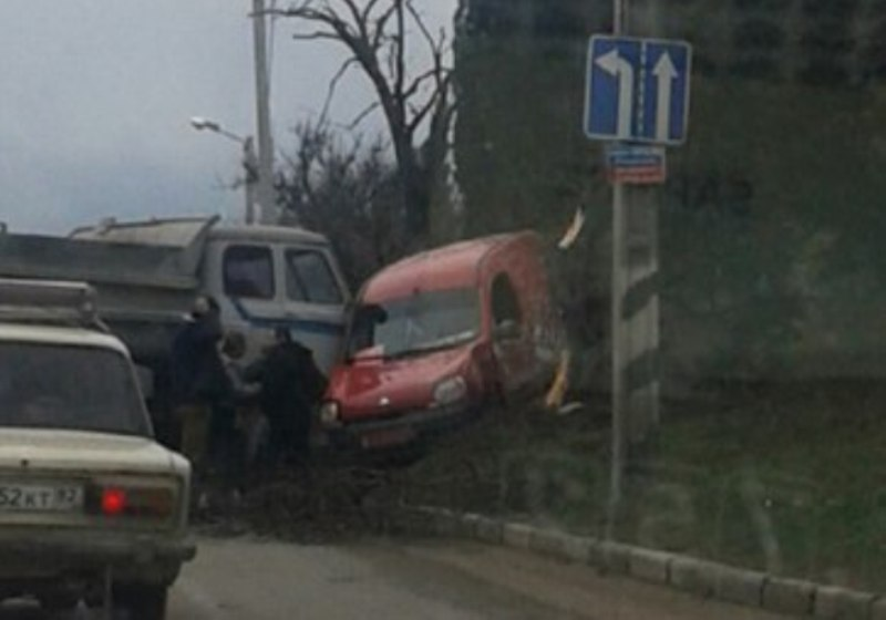ДТП в Севастополе: грузовик «закинул» «легковушку» на обочину