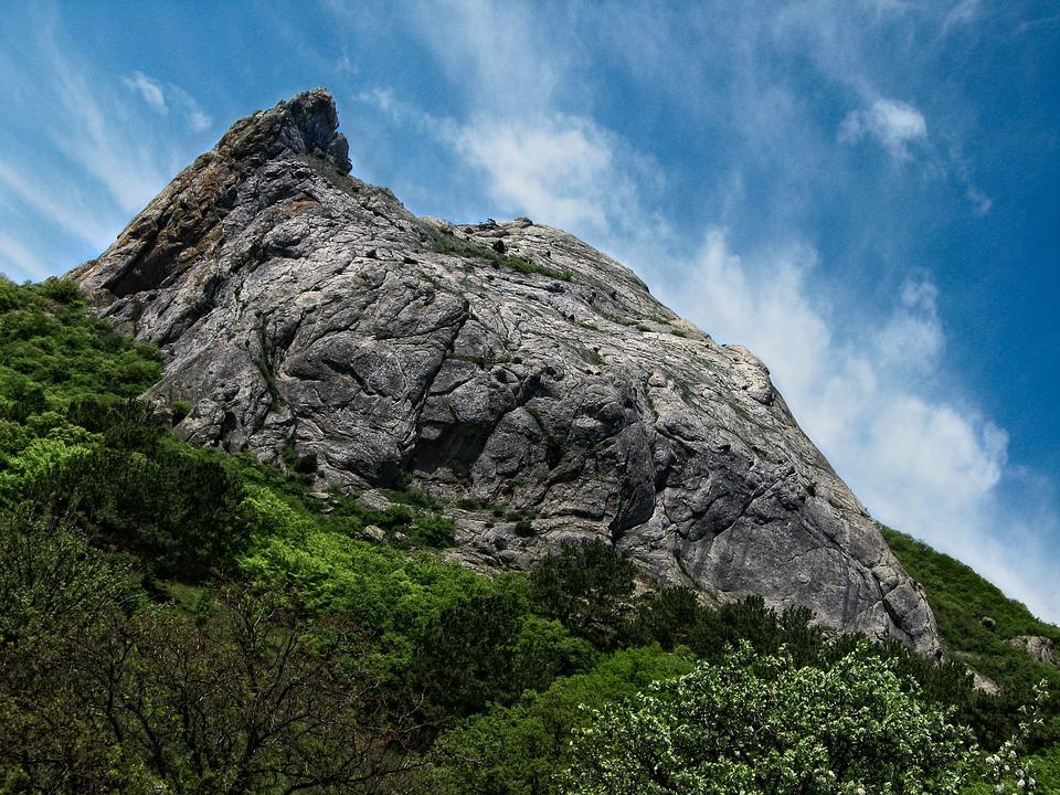 Турист из Вологды застрял на осыпном скальном уступе в Крыму