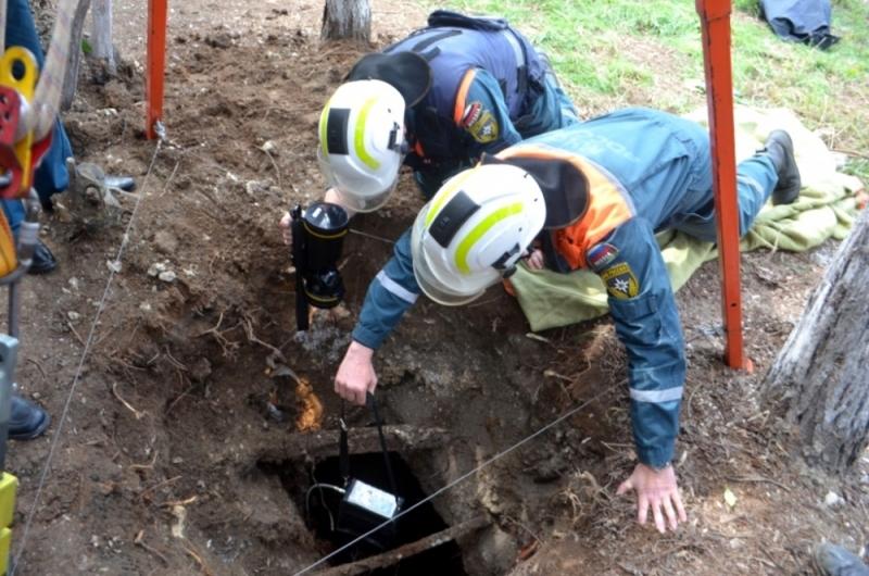 МЧСники обследовали трехметровый обвал земли на площади Ушакова