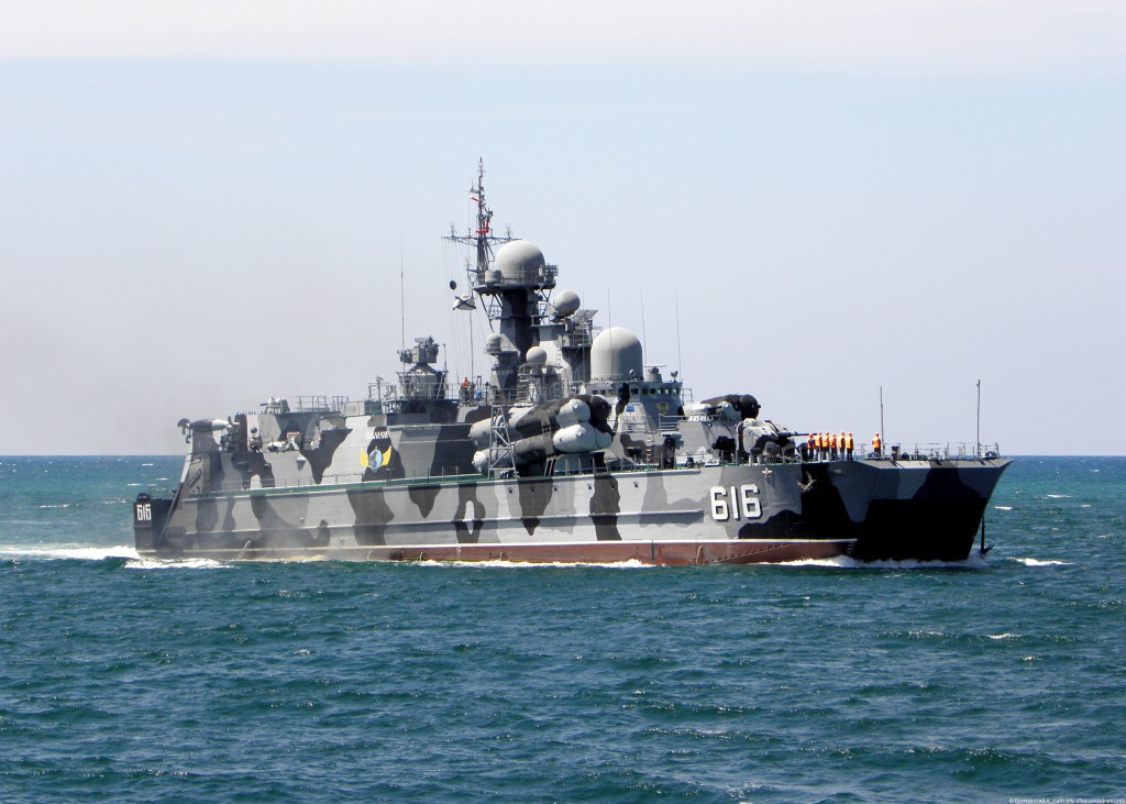 """В Севастополе """"спасали"""" ракетный корабль """"Самум"""""""