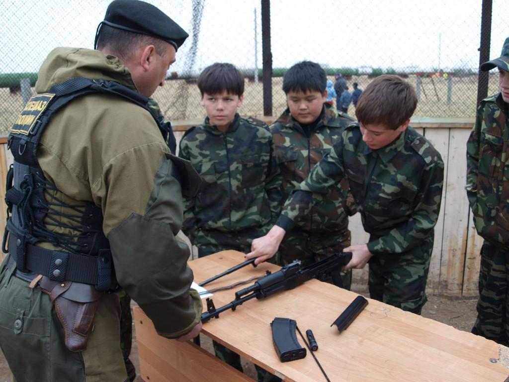 Завтра школьники Севастополя будут на скорость разбирать автомат и попробуют себя в рукопашном бою