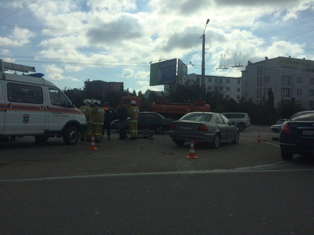 В Севастополе случилось тройное ДТП с бензовозом (ФОТО)