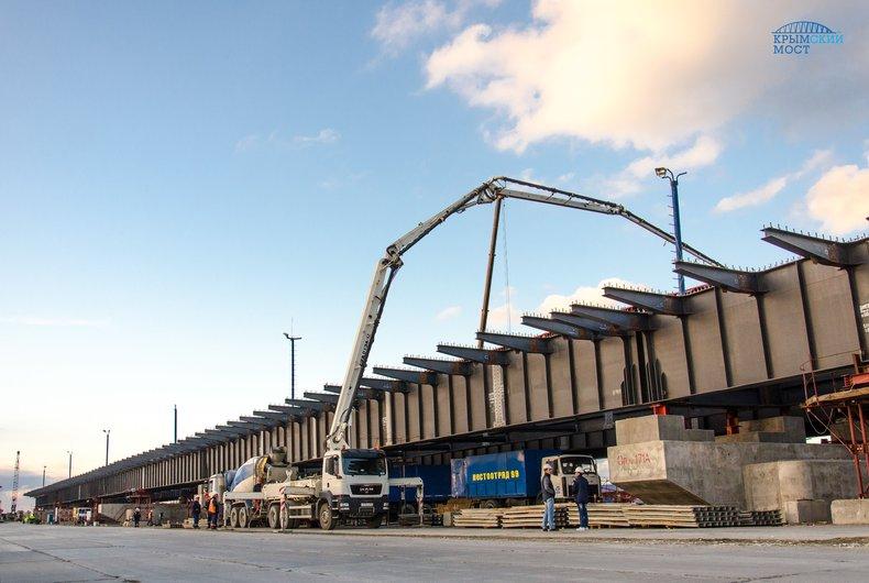 На Керченском мосту установили первую плиту проезжей части
