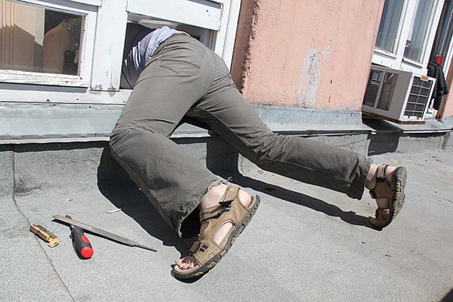 В Севастополе вор-форточник украл у пенсионерки телевизор