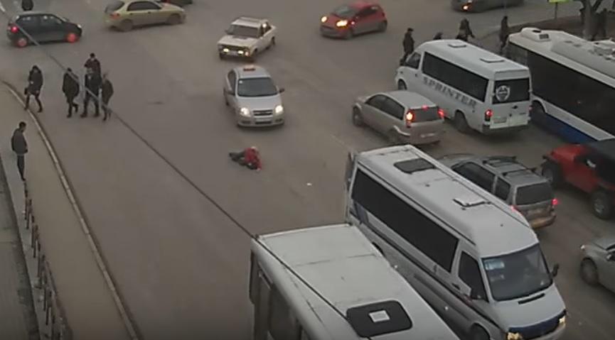 Делом выпавшей из салона пассажирской маршрутки девушки займется Следком