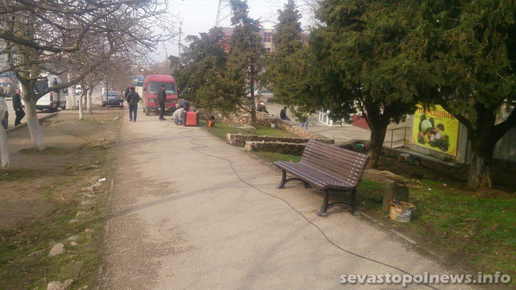 В Севастополе на улицах устанавливают новые скамейки (ФОТО)