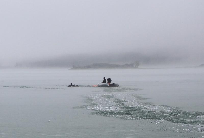 На симферопольском водохранилище провалились под лед рыбаки: двоих спасли, один утонул