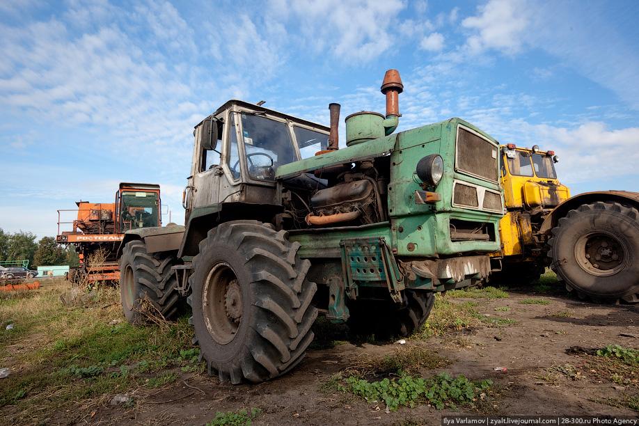 """В Крыму влюбленная парочка разбила чужой автомобиль, а затем угнала трактор """"Т-150"""""""