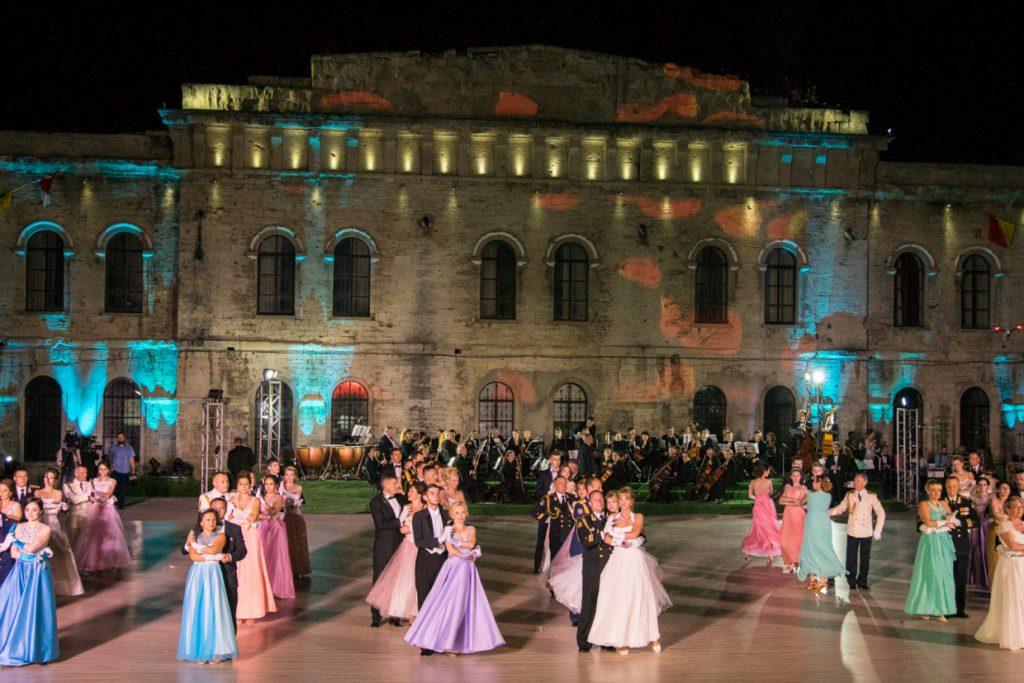 Российских танцоров из Севастополя позвали на швейцарский бал
