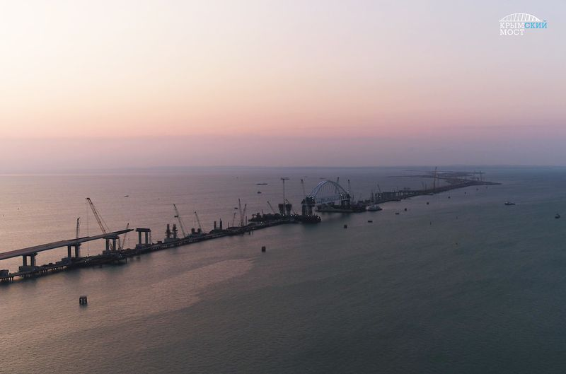 Железнодорожную арку Крымского моста на проектную высоту (ФОТО)
