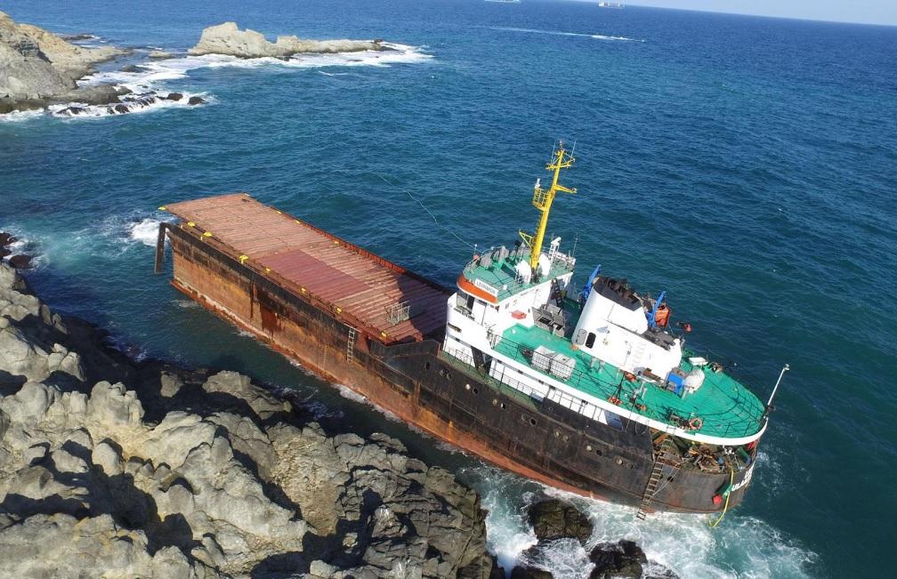 В Черном море разломало пополам 114-метровый сухогруз (ФОТО)