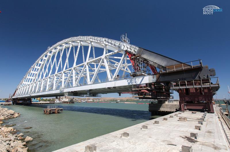 Автодорожную арку Крымского моста подняли на два метра над плавопорами