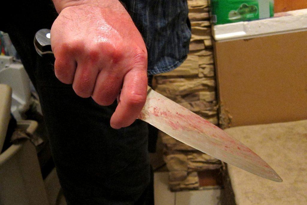 В Симферополе 24-летний парень набросился с ножом на собственного отца
