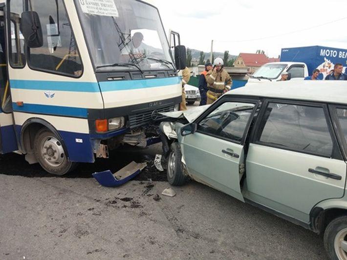 В Крыму столкнулись рейсовый автобус и легковушка: есть пострадавшие (ФОТО)