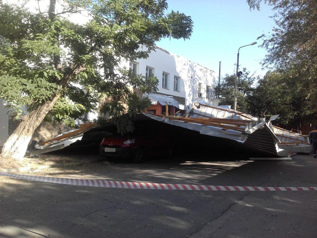 В Крыму сильный ветер совал крышу вокзала на проезжающий автомобиль (ФОТО)