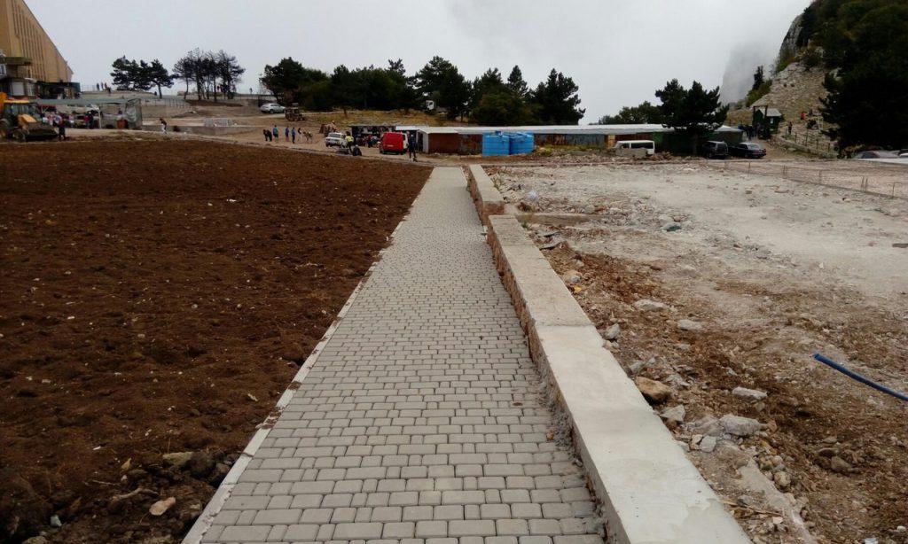 На плато Ай-Петри начали укладывать тротуарную плитку (ФОТОФАКТ)