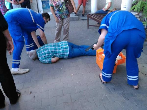 В Севастополе на автобусной остановке умер мужчина