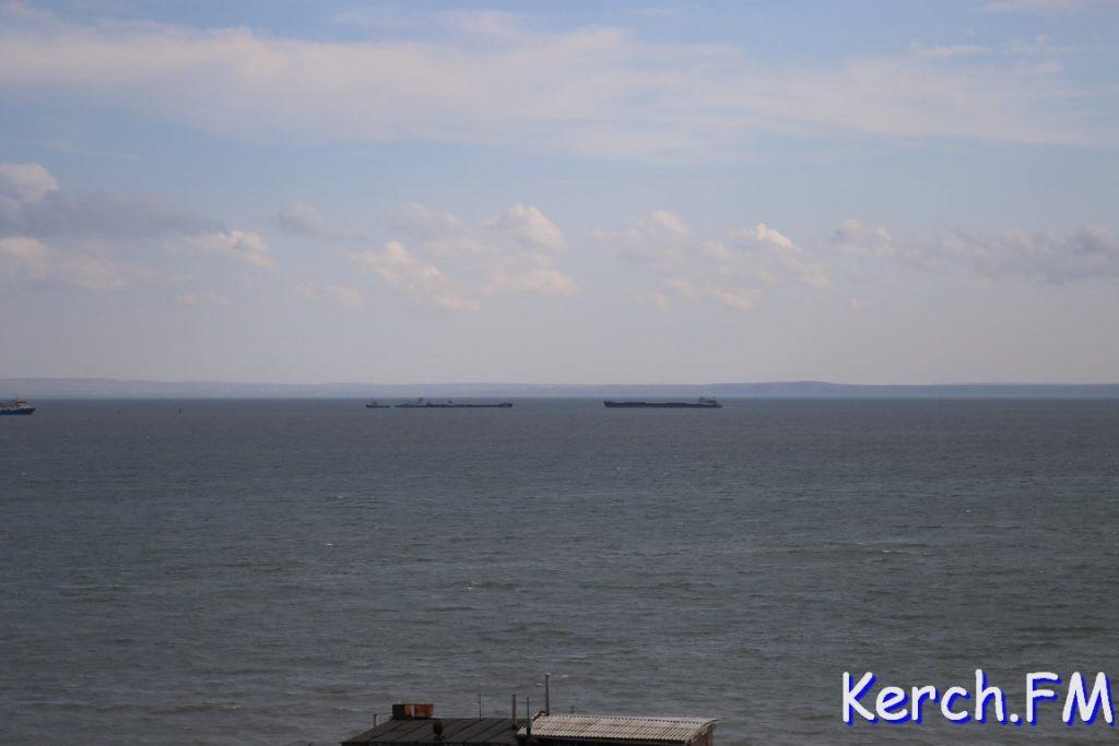 В Керченском проливе баржа с углем села на мель (ФОТО)