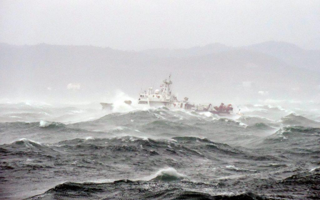 У берегов Крыма в штормящем море спасли двух моряков