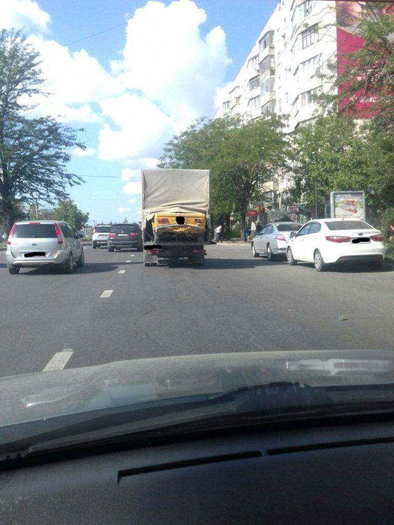 """Наноэвакуатор: крымчанин """"спрятал"""" свои Жигули в будке Газели (ФОТОФАКТ)"""