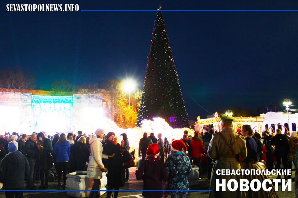 На площади Нахимова зажгли огни главной елки Севастополя (ФОТО)