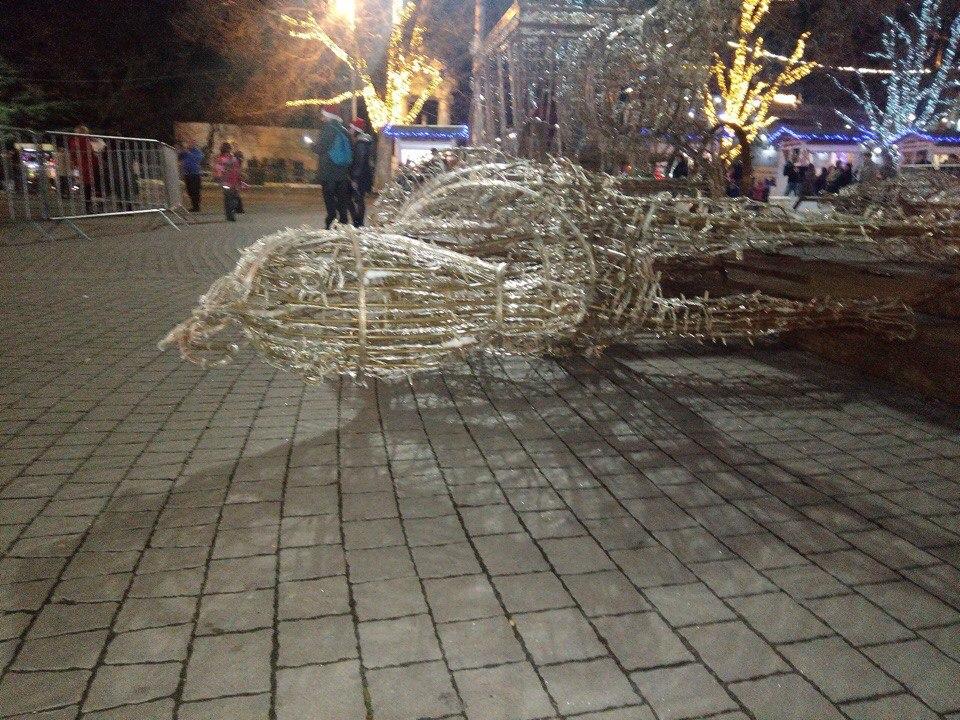 В Севастополе уронили новогоднего коня (ФОТО)