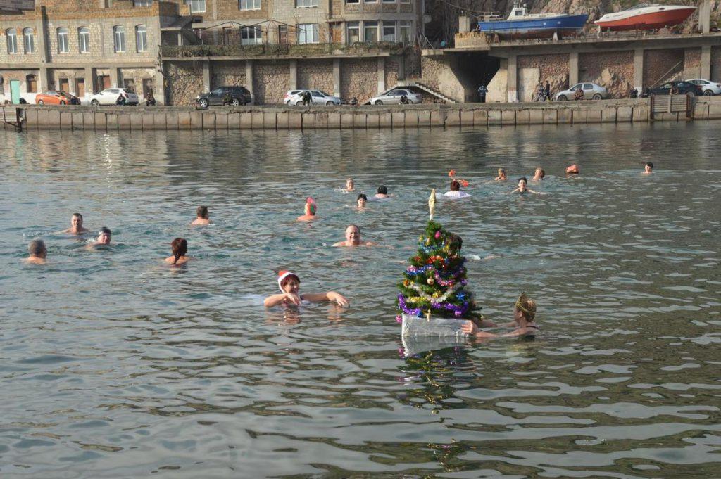"""Севастопольские """"моржи"""" станцевали вокруг новогодней елки в море (ФОТО)"""