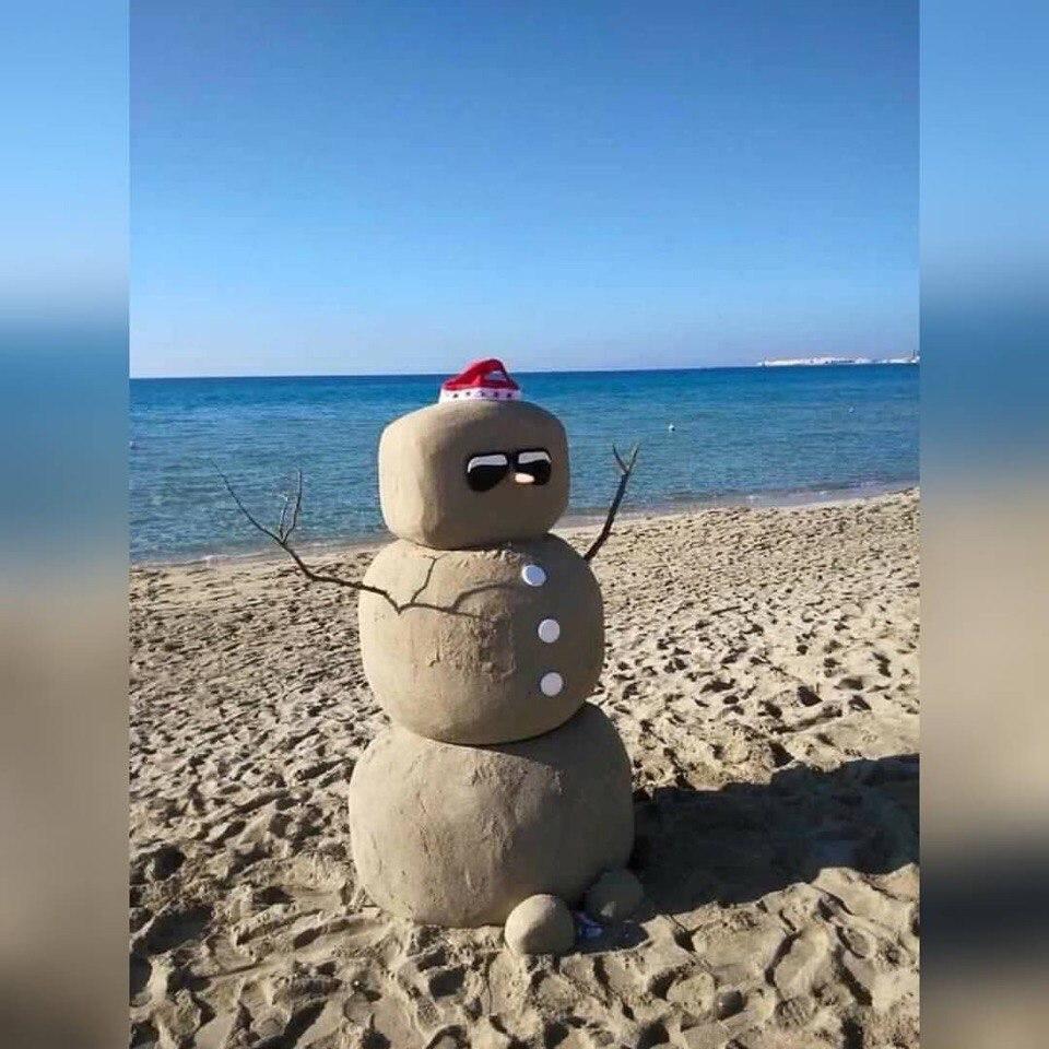 Нет снега? Не беда! В Севастополе начали лепить песковиков (ФОТО)