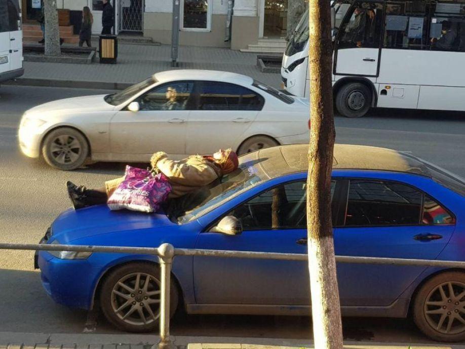 В Севастополе бабушка решила принять солнечные ванны на капоте чужого автомобиля (ФОТО)