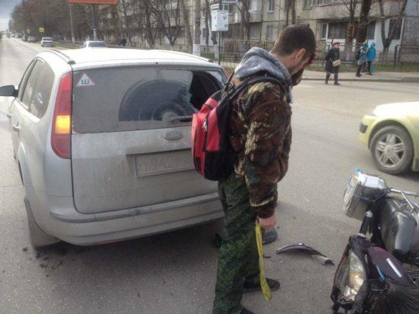 В Симферополе байкер протаранил головой стекло легковушки (ФОТО)